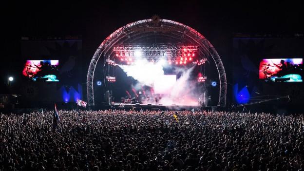Konzertbühne bei Nacht