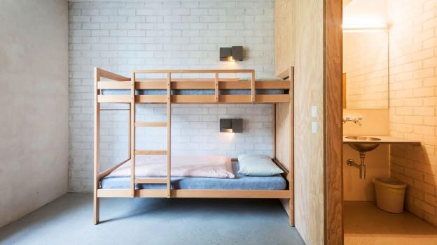 Ein Hochbett in einem modernen, minimalistisch eingerichtetem Raum.