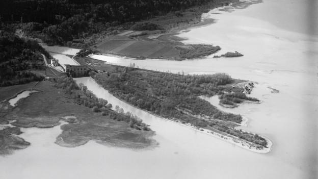 Schwarzweiss Foto der Aaare, wie sie in den Bielersee mündet.