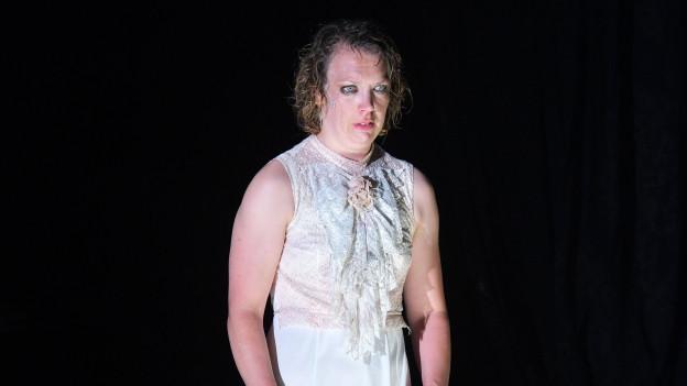 Eine Operdarstellerin mit verschmierter Schminke auf der Bühne
