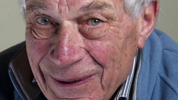 Ein Porträt von John Berger.