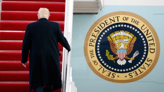 Mann geht die Treppe zur Airforce one hoch.