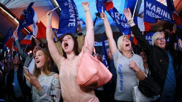 Marine Le Pen Wähler feiern nach der ersten Wahlrunde.