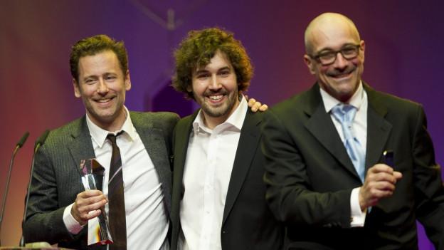 Balz Bachmann (links) erhält den Suisa-Preis für die beste Filmmusik