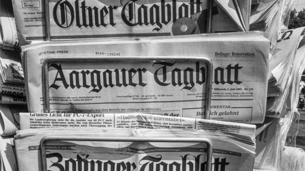 Drei schweizer Lokalzeitungen in einem Zeitungsständer