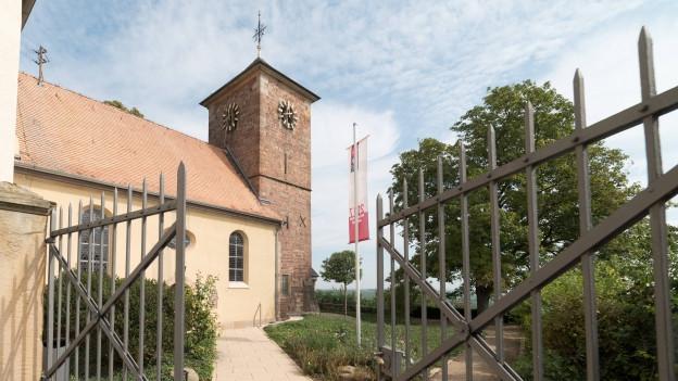 Blick auf die protestantische Kirche vom Eingangstor