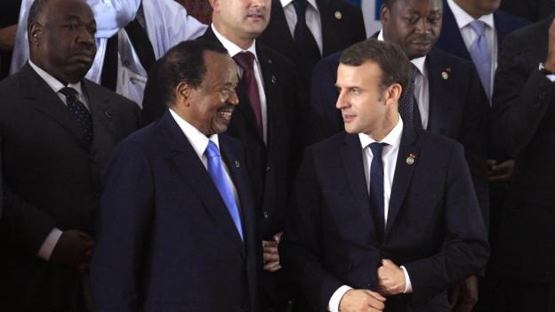 Zwei Männer im Anzug sprechen miteinander