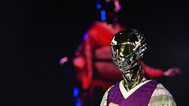 Anthropomorphe Roboter in japanischen Kimonos