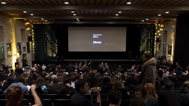 Schweizer Filmschaffende treffen sich anlaesslich der Nacht der Nominationen an den Filmtagen in Solothurn.