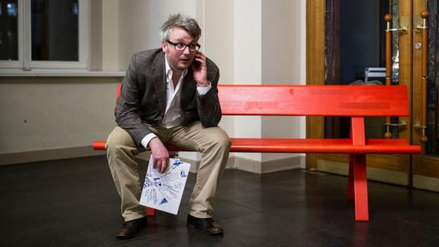 Dani Landolf sitzt auf einer Bank