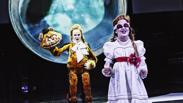 Zwei skurrile Figuren auf einer Bühne