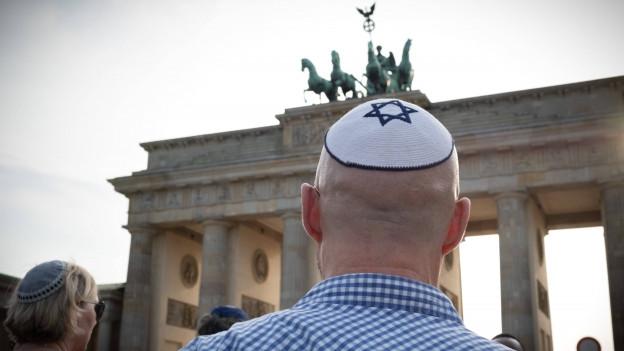 Ein Mann mit Kippa vor dem Brandenburger Tor