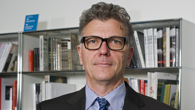 Matthias Frehner vor einem Bücherregal