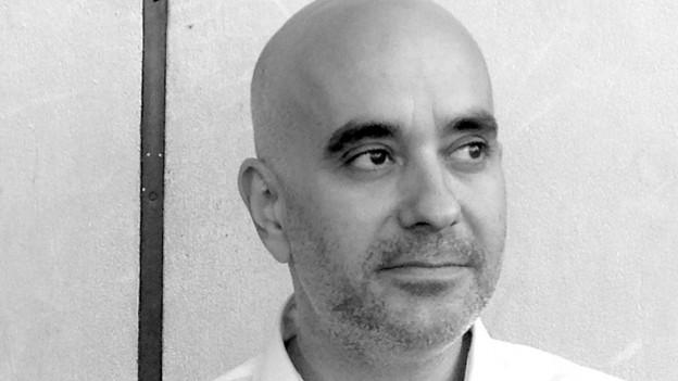Mann mit Glatze, Portraitbild in Schwarzweiss
