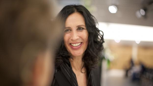 Frau um die 40ig mit langen, schwarzen Haaren