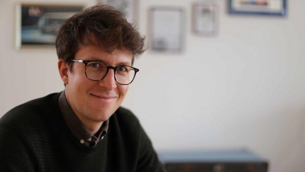 Mann um die 30ig mit braunen Haaren und Brille