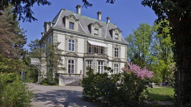 Ein Bild des Hauses in dem das Europainstitut Basel seinen Sitz hat. Mit gepflegtem Umschwung.