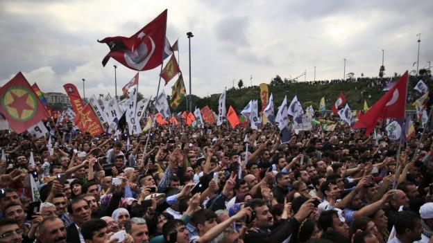 Anhänger der prokurdischen Partei HDP applaudieren einen Tag nach der Wahl.