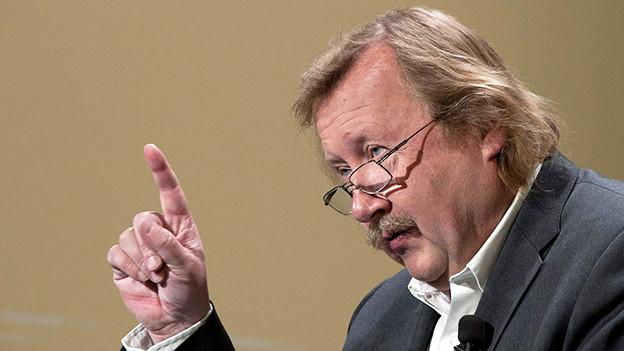 Peter Sloterdijk mit erhobenem Zeigefinger