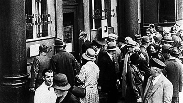 Bankenkrise 1931 in Deutschland: Menschen stehen Schlange vor einer Berliner Bank.