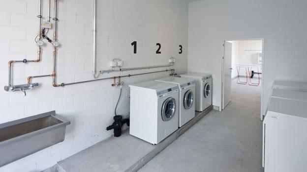 Eine Waschküche ist im Bild.