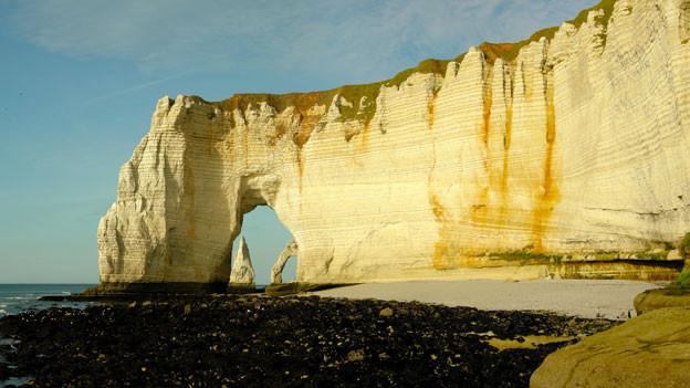 Ein Felsen am Meer in der Normandie.