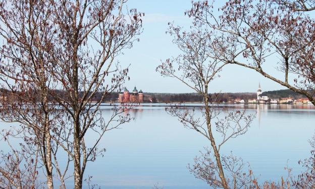 Blick über einen See auf Schloss Gripsholm.