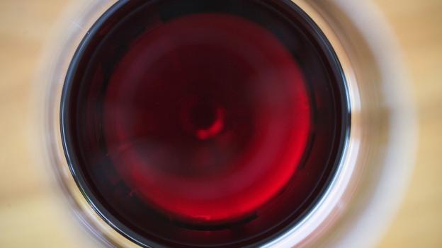 Ein Glas Rotwein von oben.