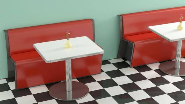 Zwei Tische mit Bänken.