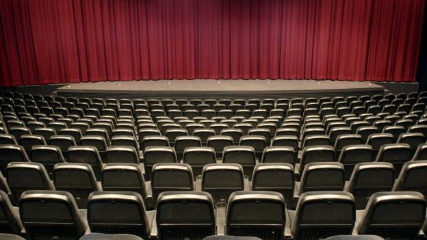 Die Bühne eines Theaters mit roten Vorhängen.