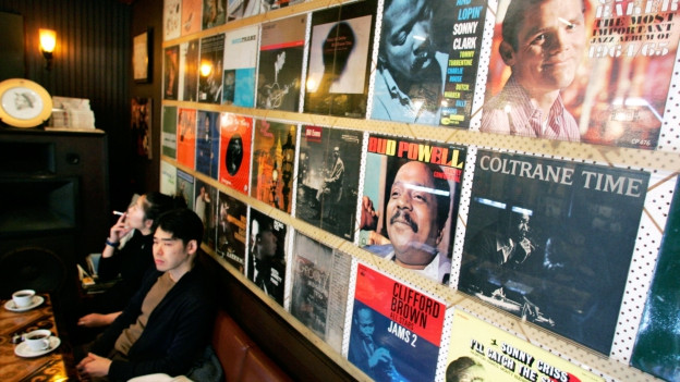 Zwei Junge Menschen sitzen in einem Jazz Café in Tokyo