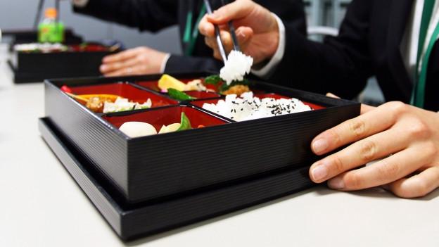 Symbolbild: Zwei Personen essen Bento