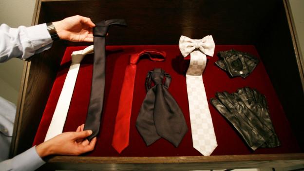 Symbolbild: Ein Koffer voll mit verschiedenen Krawatten.