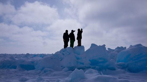 Die Inupiat leben seit Jahrhunderten in Barrow, Alaska. Die drei Männer halten Ausschau nach Walen.