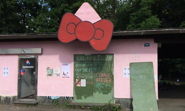 Ein kleines, rosa angemaltes Gebäude.