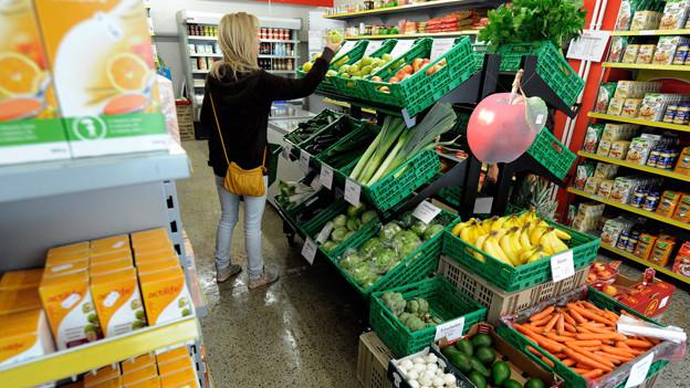 Frau kauft im Markt ein.