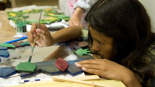 In Aarau unterrichtet nicht der Lehrer im Kunstunterricht, sondern zwei Künstlerinnen.