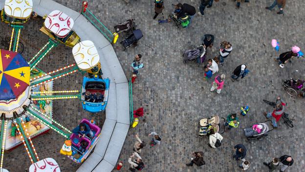 Herbstmesse von oben: Karussel und Menschen