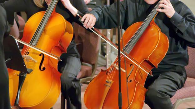 Blick auf zwei Cello-Spieler