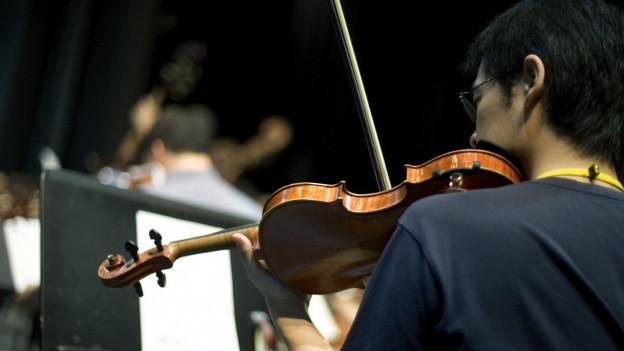 Ein Mann spielt Geige.