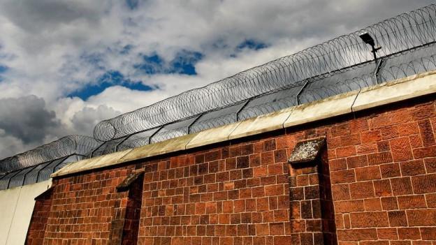 Foto einer Gefängnismauer.
