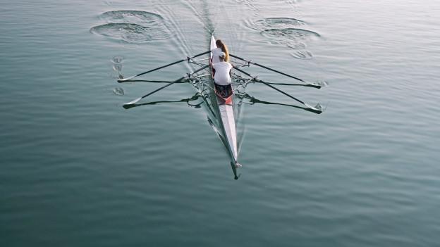 Zwei Menschen in einem Ruderboot.