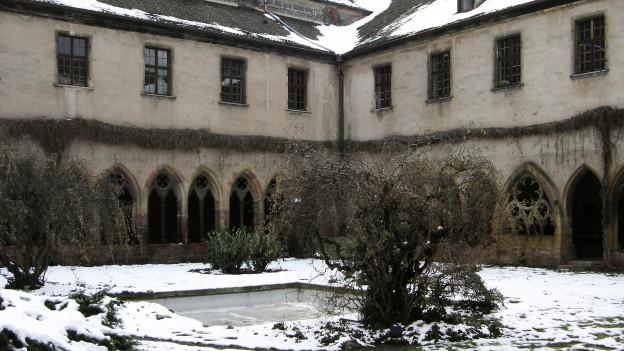 Verschneiter Innenhof eines Klosters