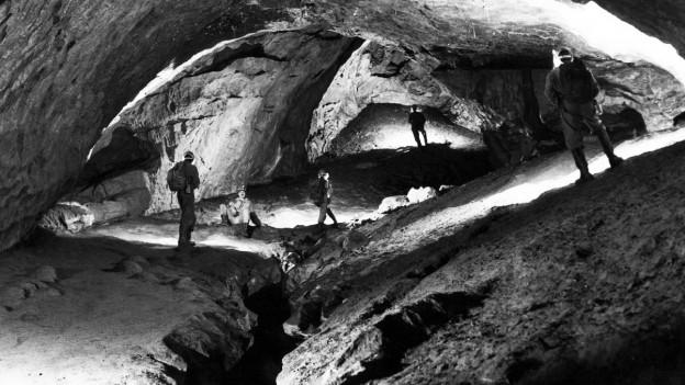 Menschen auf Expedition in einer unterirdischen Höhle.