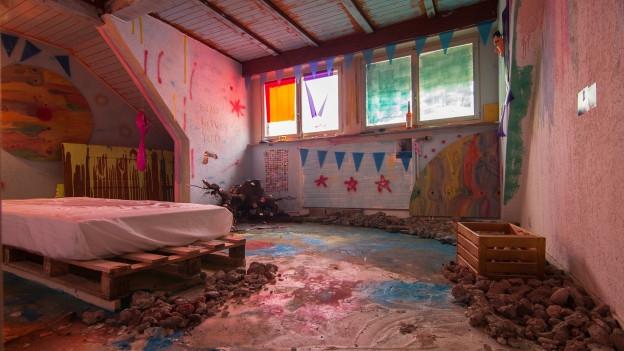 Eines der Zimmer im «Haus 99»