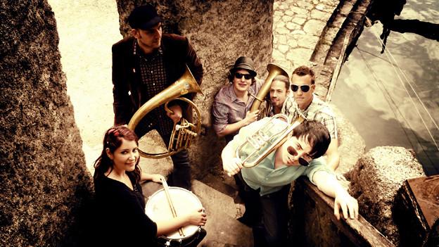Die sechs Musiker vom Molotow Brass Orkestar hat es nach ihrer klassischen Ausbildung auf die Strasse gezogen.