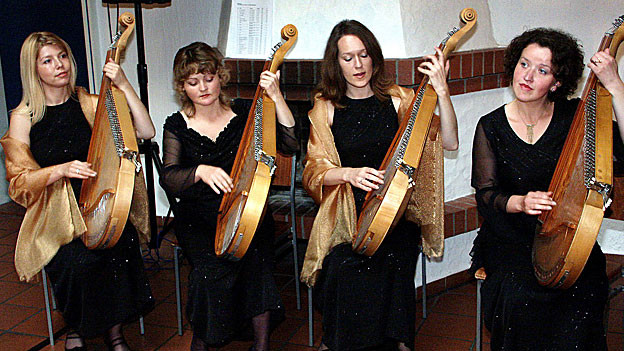 Ein Quartett aus der Ukraine, das singt und sich dabei auf dem Zupfinstrument Bandura begleitet in Bayreuth, 2005.
