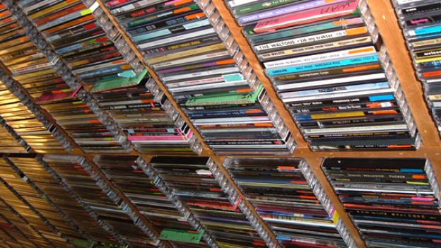 Auf, unter und neben dem Arbeitstisch unserer Musikredaktorin stapeln sich die CDs.