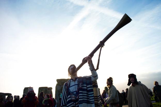 Ein Mann spielt Didgeridoo.