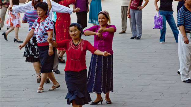 Tanzende Frauen.